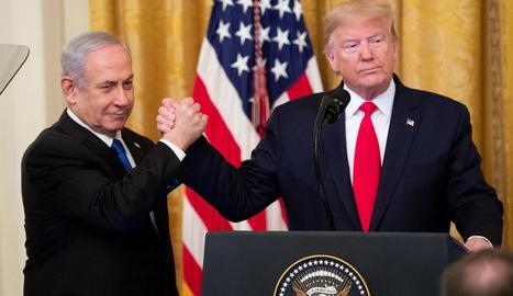 Netanyahu i Trump estrenyen les mans després de la presentació del pla de pau nord-americà.