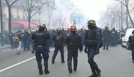 Els policies proven de contenir els bombers que es van manifestar ahir pels carrers de París.