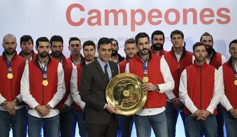 Pedro Sánchez, ahir, amb la selecció espanyola d'handbol, guanyadora de l'Europeu 2020.