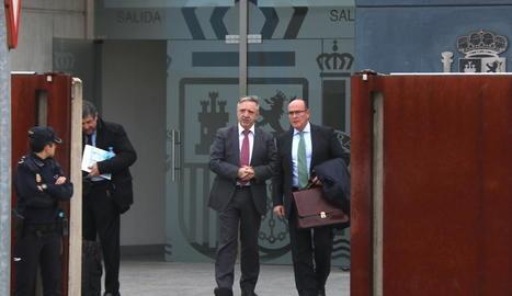 El coronel Diego Pérez de los Cobos (d.) al sortir de l'Audiència.
