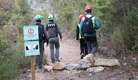 Els rurals acompanyen els geòlegs a ressenyar la zona a Corçà.
