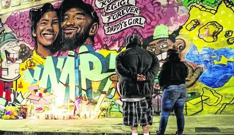 Un mural amb Kobe Bryant i la seua filla Gigi a Los Angeles.