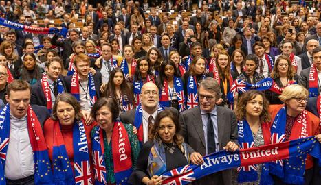 Els membres de l'Europarlament, amb David Sassoli al centre, acomiaden els britànics.