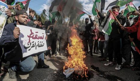 Els palestins van protestar als carrers contra l'acord.