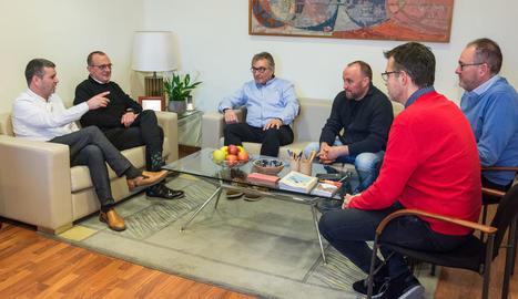 Imatge de la reunió d'ahir entre representants de la Paeria i de la Federació Catalana de Futbol.
