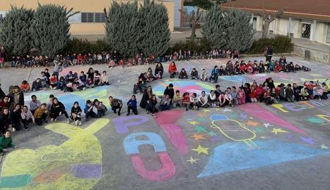 Centenars d'alumnes de les comarques lleidatanes es van afegir a la celebració del Dia Escolar de la No violència i la Pau, que té lloc cada 30 de gener coincidint amb l'aniversari de la mort del líder pacifista Mahatma Gandhi.