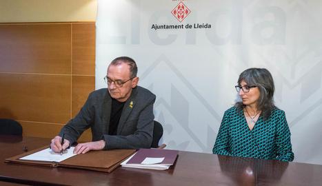 Pueyo, al firmar el decret del canvi de noms al costat de Castro.