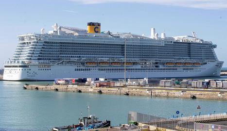 El creuer Costa Smerlada, de Costa Cruceros, ahir al port de Civitavecchia.