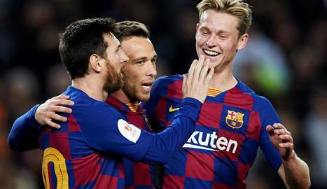 Arthur celebra amb Leo Messi i Frenkie de Jong el quart gol per als blaugranes davant el Leganés.