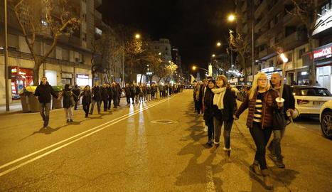 Desenes de persones van formar ahir una cadena humana a Lleida en suport als presos de l'1-O.