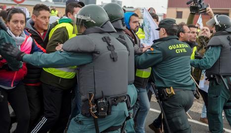 La Guàrdia Civil va carregar ahir contra els agricultors que es manifestaven a Jaén.
