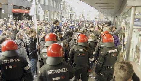 Intervenció de l'Ertzaintza davant dels piquets, ahir a Bilbao.