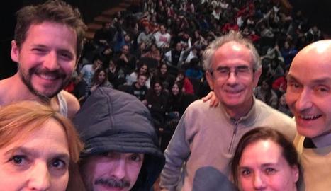Actors i escriptor, junts, després d'una sessió escolar el 17 de gener.