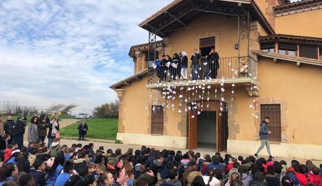 Alcarràs - La comunitat educativa de l'Escola Parc del Saladar va interpretar cançons i va penjar unes cintes de colors a la tanca amb desitjos de pau fets pels nens i nenes de l'escola.
