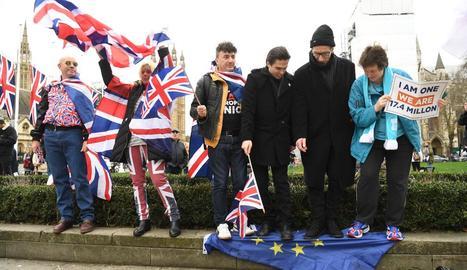 Britànics favorables al Brexit mostraven ahir alegria als carrers de Londres.