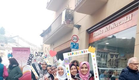 Mig centenar de dones en defensa del hijab malgrat les crítiques