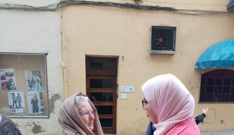 Una dona en plena activitat 'Prova't el hijab'.