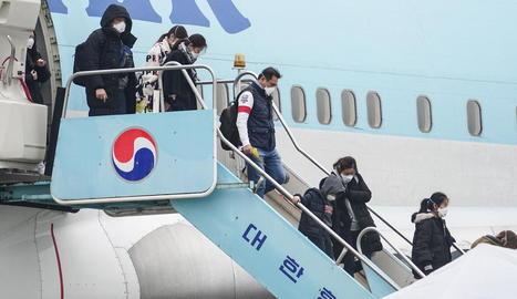 Ciutadans de Corea del Sud, ahir després de ser repatriats des de Wuhan per l'alerta del coronavirus.