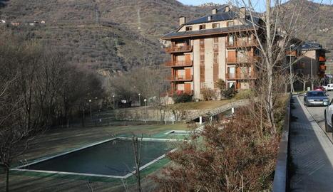 Una de les dos piscines públiques de Sort cedides a particulars.