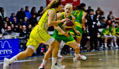 Sydney Wiese, la millor ahir del partit, intenta defensar Laura Ferreira.