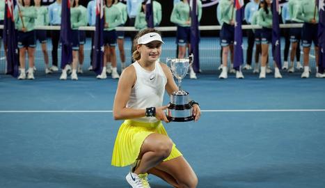 Victoria Jiménez, a l'esquerra, amb el trofeu de campiona. A la dreta, Muguruza al perdre la final.