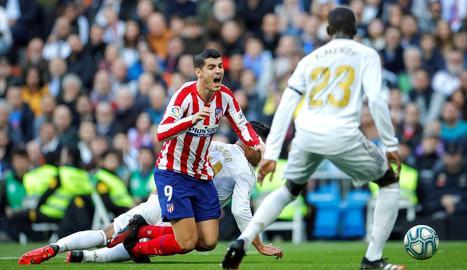 Casemiro fa caure Morata dins de l'àrea, una acció que l'àrbitre lleidatà no va castigar com a penal.