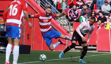Raúl de Tomás, autor del gol perico, disputa una pilota amb Duarte.