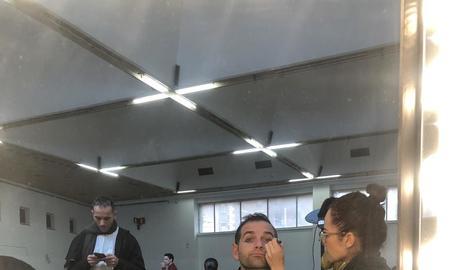 Xavi Blanco, a la sala de maquillatge abans del rodatge, i Carles Escolà, vora un dels elements més reconeixibles del vídeo, el cotxe.