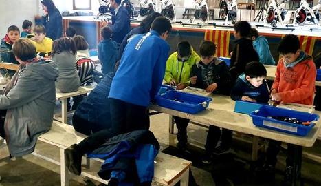 Alguns dels nens que van participar ahir en el taller de robòtica de Vilaller.