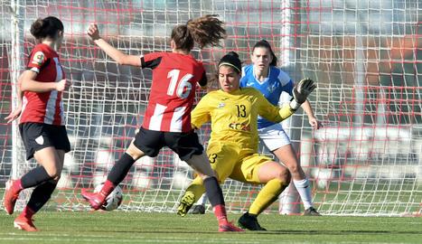Noèlia i Jani cobreixen la porteria lleidatana en una acció atacant de Paula Arana, ahir a Lezama.