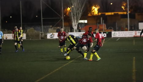 Un jugador del Pardinyes intenta controlar la pilota davant de quatre membres del Golmés.