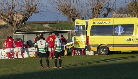 Una ambulància va haver de traslladar el visitant Closa a un centre mèdic al lesionar-se el genoll.