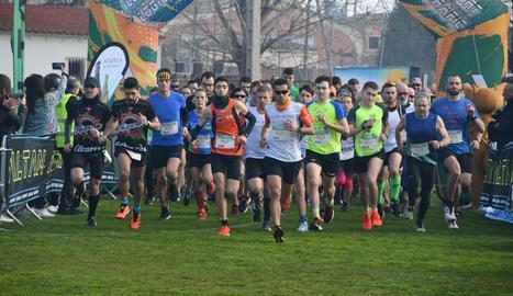 Un moment de la sortida a la Cursa de la Serra, que ahir va celebrar la dotzena edició a Puigverd de Lleida.