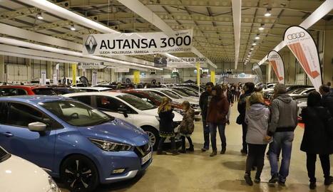 Bona afluència de públic ahir en l'última jornada del saló de l'automòbil a Fira de Lleida.