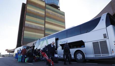 """Instal·lacions """"petites, boniques i organitzades"""" - Els turistes suecs es van mostrar ahir satisfets amb l'atenció rebuda a l'aeroport de Lleida-Alguaire, que van lloar per la seua estètica i mimetisme amb l'entorn i per la bona organi ..."""