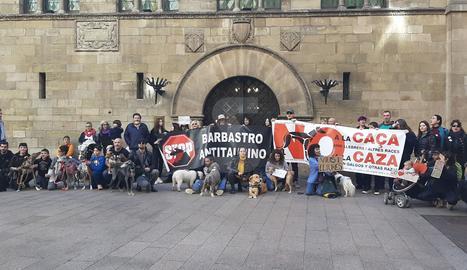 Participants aquest diumenge en la manifestació contra la caça i la defensa dels llebrers i altres races, a la plaça Paeria de Lleida
