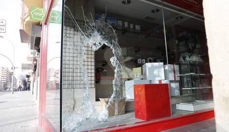 Així va quedar l'aparador de la botiga afectada al carrer Balmes de Lleida