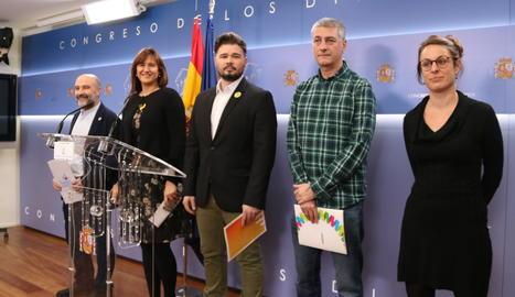 Mireia Vehí (CUP), Oskar Matute (EH Bildu), Gabriel Rufián (ERC), Laura Borràs (JxCat) i Nestor Rego (BNG) a la sala de premsa del Congrés abans de la lectura del manifest de rebuig al rei.