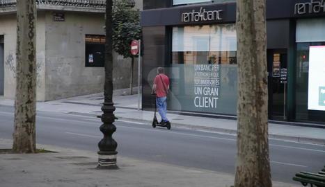 Imatge d'arxiu d'un home amb patinet elèctric a Lleida.