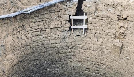El pou té una profunditat de 10 metres i 8 de diàmetre.