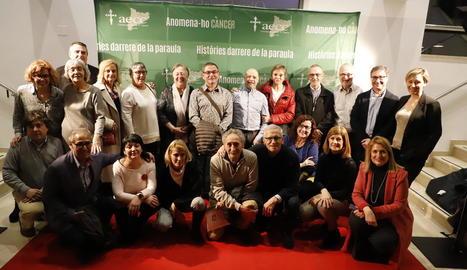 Fotografia de grup d'alguns dels participants en la pel·lícula de l'AECC Lleida que es va presentar ahir al CaixaForum.