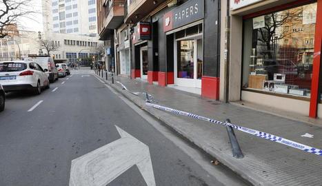 Un conductor ebri va destrossar quatre pilones al carrer Vallcalent.