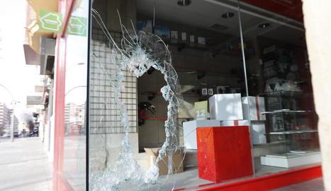 Així va quedar l'aparador de la botiga després del robatori.