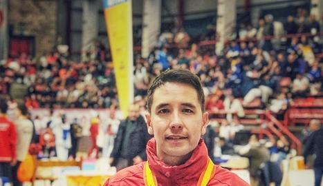 El lleidatà Joel Lee, amb la medalla que va guanyar a Torrelavega.