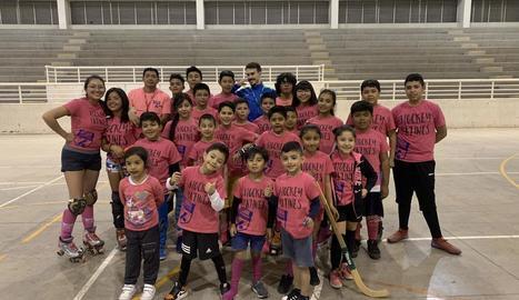 Enric Duch posa després d'un entrenament amb alguns dels nens del Llista México que participen en el campus que imparteix.
