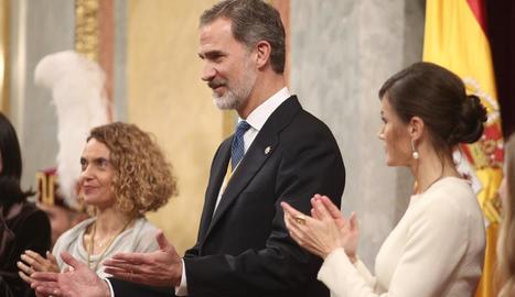 Felip VI, ahir al Congrés, flanquejat per Batet i Letícia, mentre rebia l'ovació de la Cambra.