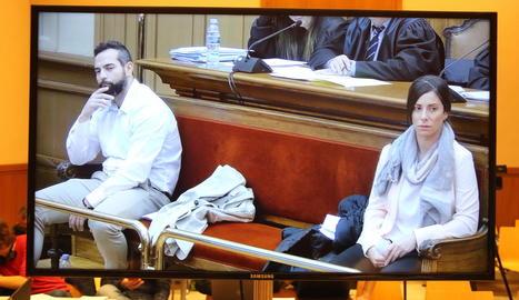 Albert López i Rosa Peral, ahir, en la primera sessió pública del judici pel crim de la Urbana.
