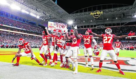 Jugadors dels Kansas City Chiefs celebren la victòria contra San Francisco.