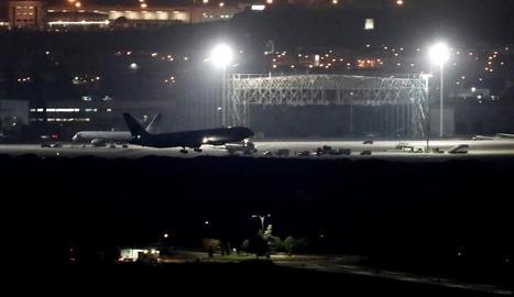 Moment de l'aterratge de l'avió d'Air Canada a l'aeroport de Madrid-Barajas.