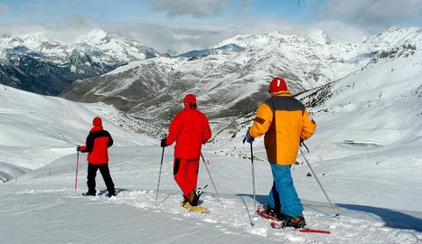 Imatge d'arxiu d'excursionistes amb raquetes de neu.